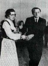 Lauga og Klemens í Brekku létt í spori á gólfinu.