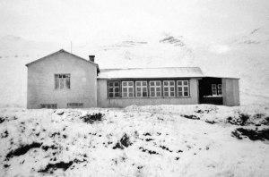 Þinghúsið að Grund. Þórir Jónsson frá Jarðbrú tók myndina vorið 1955.