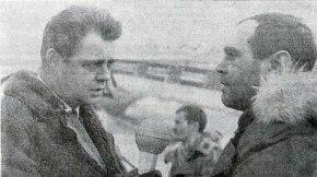 Magnús Bjarnfreðs fréttamaður Sjónvarps ræðir við Jón Ragnar Steindórsson á Reykjavíkurflugvelli eftir að Glófaxi Flugfélags Íslands kom frá Scoresbysund á Grænlandi. Birtist í Vísi 6. mars 1967.