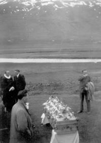 Útför Stefáns Arngrímssonar í Gröf. Húskveðja á bæjarhólnum, ármegin við Grafarbæinn. Alexander Jóhannsson (Alli í Hlíð) t.h. Séra Stefán Snævarr á Völlum ræðir við Sigurð á Brautarhóli.