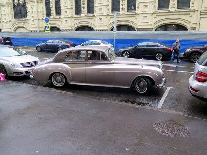 Brúðhjón á ferð í Rolls Royce.