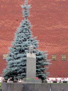 Stytta af Stalín við Kremlarmúra.