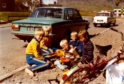 Strákahópur við Bjarkarbraut á Dalvík: Aðalsteinn Már og Friðrik Már Þorsteinssynir; Bolli Kjartan og Addi Eggertssynir og Friðbjörn aftastur í dökkblárri flík.