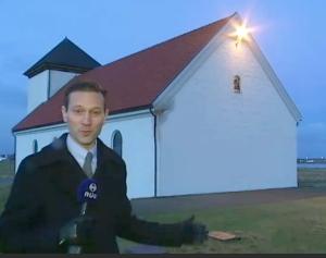 Einar Þorsteinsson, við Bessastaðakirkju í fréttatímanum að kvöldi nýársdags. Myndirnar af honum og glugganum eru af RÚV-vefnum.