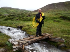 """Friðbjörn lagði vatn að skála Ferðafélags Akureyrar á Glerárdal. Hér er kappinn í ,,aksjóninni"""" og stendur á göngubrú sem hann smíðaði sjálfur."""