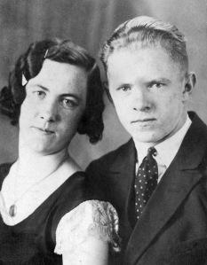 Þessi mynd VARÐ að fylgja með! Filippía Jónsdóttir frá Jarðbrú og Ólafur Kjartan Guðjónsson, foreldrar Ásgerðar, nýtrúlofuð á Laugarvatni 1933 eða '34.