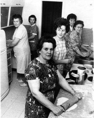 Laufabrauðsgerð heima hjá Björk Guðjónsdóttur og Guðmundi Þórhallssyni 1971. Arna Jónsdóttir næst á myndiinni, þá Björk, Ingrid, Þórunn Elíasdóttir - Dóda, Karla Jónsdóttir og Freyja Þorsteinsdóttir.