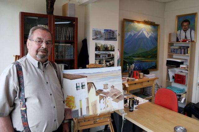 Reynald við Spánarmyndina sína. Fjær á vegg er málverk frænda hans, Kristins G. Jóhannssonar, úr Svarfaðardal.