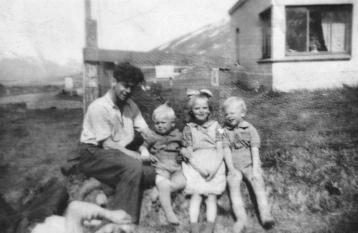 Bræðurnir Helgi á Másstöðum (liggjandi framan við hópinn) og Hermann á Klængshóli með Eirík, Rósu og Jósavin. Myndin trúlega tekin sumarið 1951.