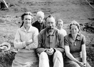 Fremri röð frá vinstri: Sigurlaug Sesselja Sigurjónsdóttir (móðir Guðjóns), Steingrímur (faðir Guðjóns), Halldóra - Dóra (bjó á Hjaltastöðum). Aftari röð: Sigurður (föðurafi Guðjóns) og Guðjón Steingrímsson.