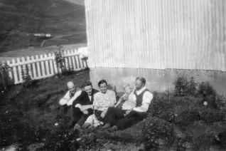 Steingrímur með Ellu, sonardóttur sína. Hjá honum eru Jónína systir hans, Ármann og Addi.