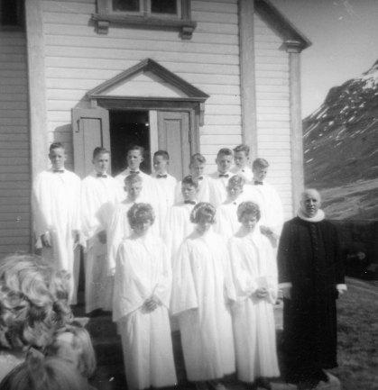 Séra Stefán Snævarr við Urðakirkju með hóp svarfdælskra fermingarbarna sem fædd voru 1949. Fremst standa Halla á Urðum, Rikka í Koti og Ella í Hreiðarsstaðakoti.