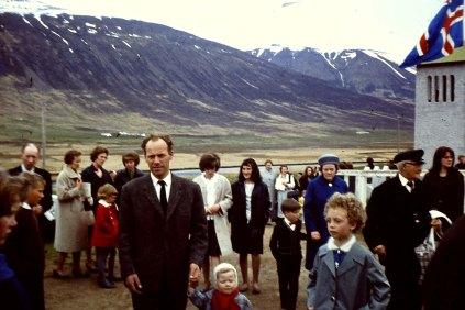 Kirkjugestir á Völlum, Anna ferðaþjónustubóndi á Klængshóli næst á myndinni til hægri.
