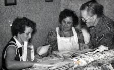 Ingibjörg, Rannveig amma og Sigríður amma stúdera jólagjafir í gömlu stofunni á Jarðbrú. Myndin er trúlega frá því fyrir 1960.