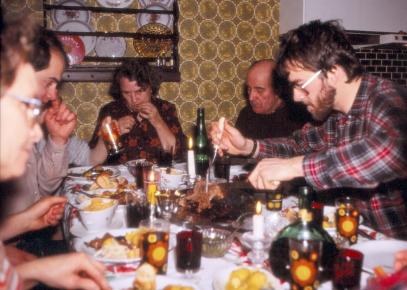 Jól 1980. Sýslari & greinarhöfundur sker sér flís af lambalæri. Tóti frá Göngustöðum og Rannveig amma fjær, Ingibjörg ættmóðir og Helgi Már til vinstri.