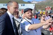 Friðrik V. lýsir græjunum sem notaðar eru einu sinni á ári á Dalvík, til að grilla fiskborgara.