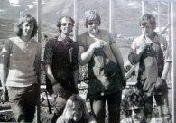 Heimavistarbyggingin sumarið sæla 1973. Atli Rúnar, Ómar Arnbjörns, Geiri og Jói heitinn Hauks. Steini Friðjófs og Sigurjón Kristjáns á hækjum sér framan við. Mynd: Stefán Björnsson.