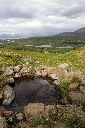 Fótalaug Bakkabræðra. Fjær á myndinni er Sundlaug Svarfdæla. Þar má lauga kroppinn enda á milli.